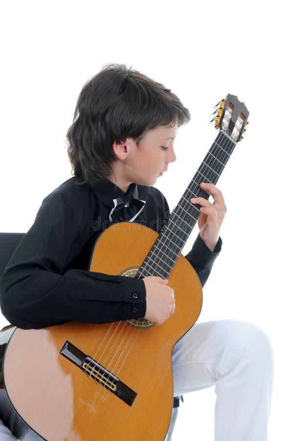 Weinig jongensmusicus het spelen gitaar royalty-vrije stock fotografie