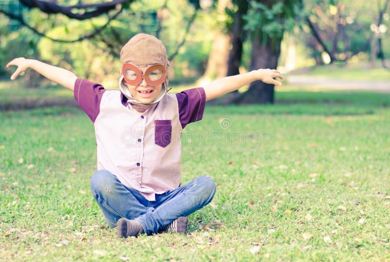 Weinig jongensspel zoals proef in het park royalty-vrije stock afbeelding