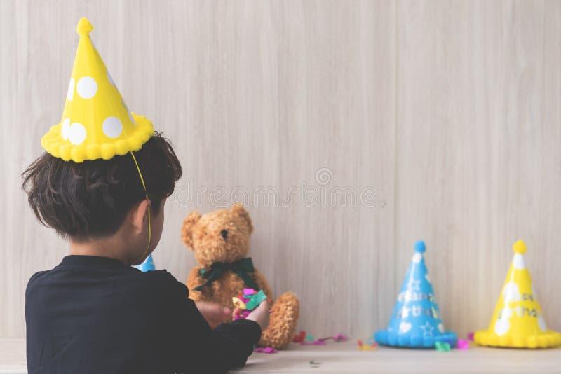 Weinig jongensvestiging zijn verjaardagspartij stock foto's