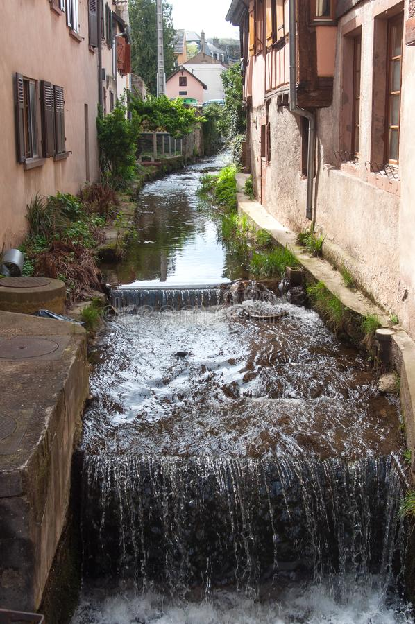 weinig kanaal in traditioneel Elzassisch dorp van Barr stock foto