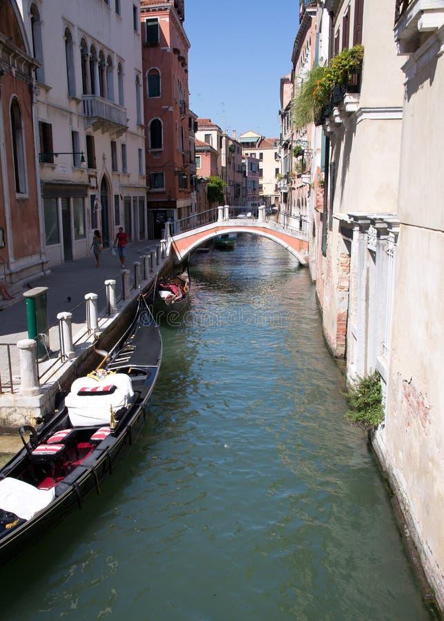 Weinig kanaal in Venetië stock fotografie