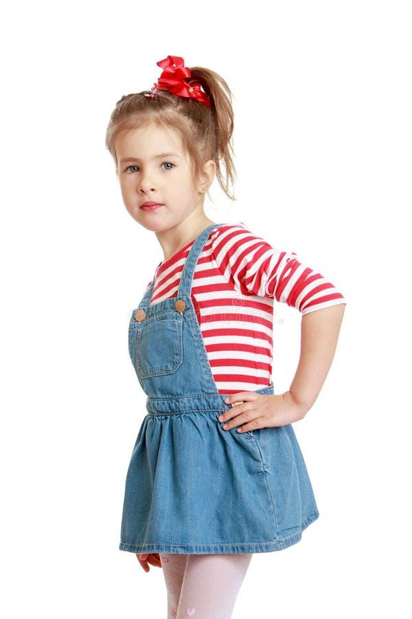Weinig Kaukasisch blond meisje in een korte denimkleding royalty-vrije stock fotografie