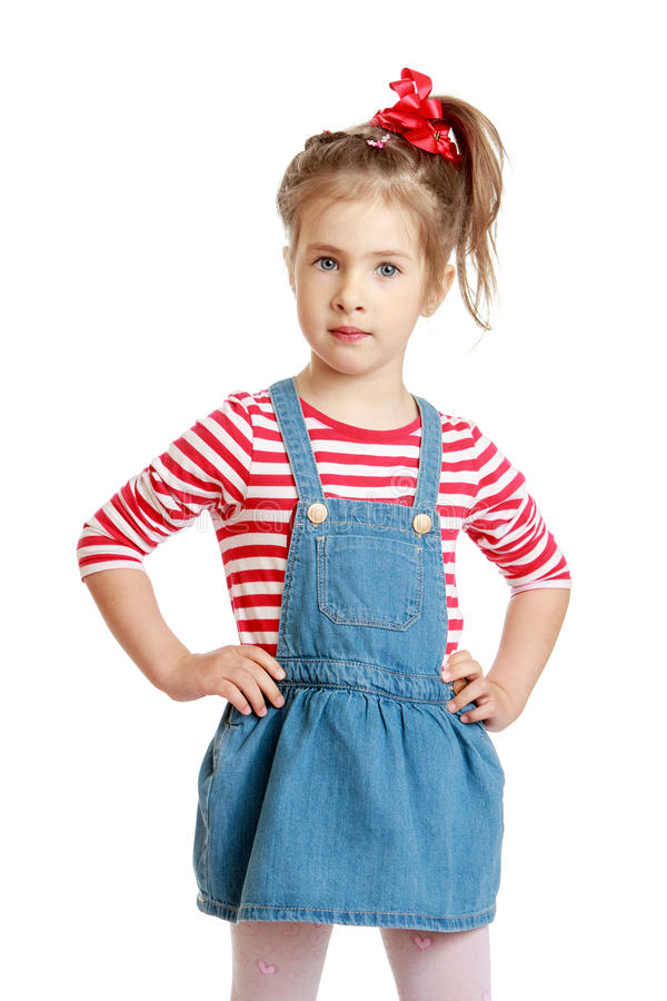 Weinig Kaukasisch blond meisje in een korte denimkleding stock fotografie