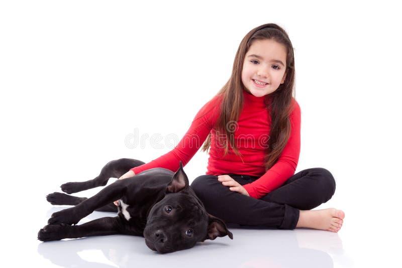 Weinig Kaukasisch meisje dat met haar huisdier speelt royalty-vrije stock afbeelding