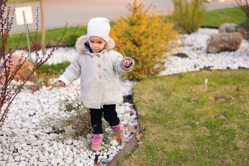 Weinig Kaukasisch meisje loopt in de herfstpark stock foto's