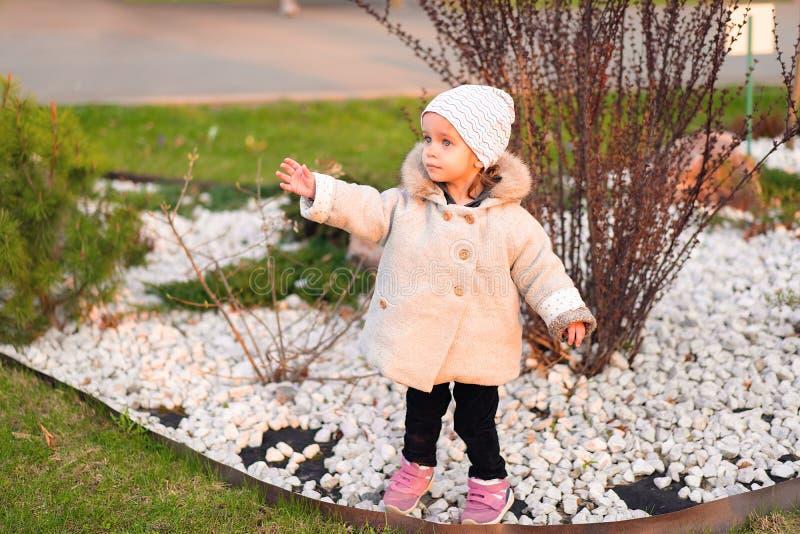 Weinig Kaukasisch meisje loopt in de herfstpark royalty-vrije stock foto's