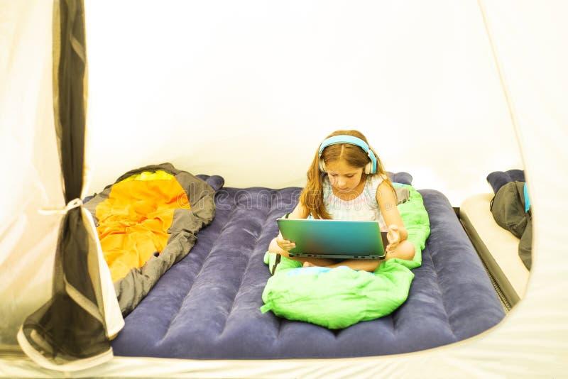 Weinig Kaukasisch meisje met notitieboekje in de tent royalty-vrije stock foto