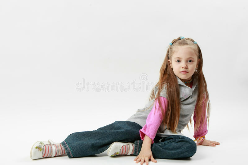 Weinig Kaukasisch meisje stelt royalty-vrije stock foto's