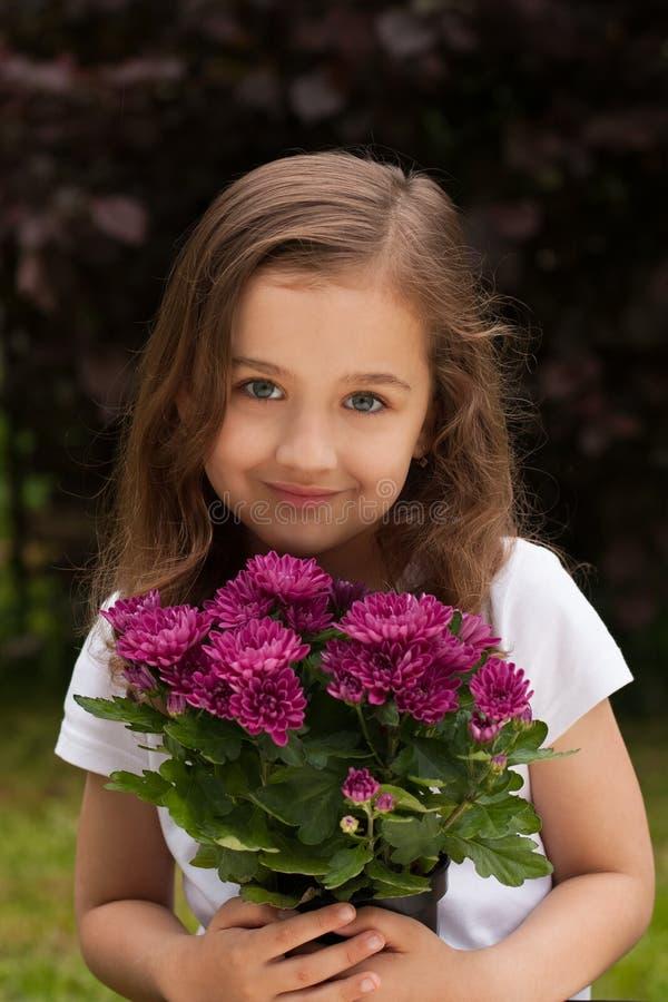 Weinig Kaukasisch/Wit Meisje met Verse Bloemen in de Zomertuin royalty-vrije stock foto