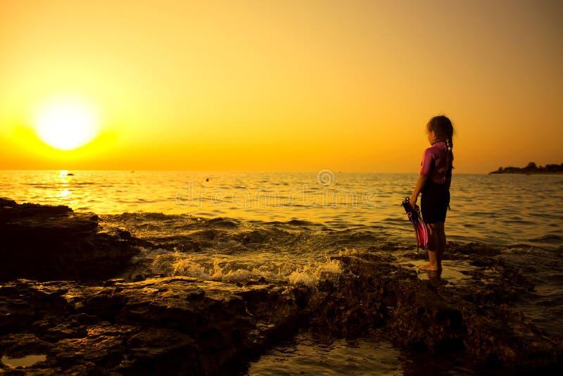 Weinig Kaukasische girlie op de rots, Kroatische kosten, kustlijn stock foto's