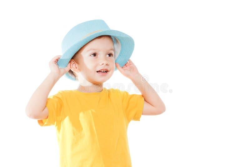Weinig Kaukasische jongen in hoed danst, geïsoleerd wit Weinig leuk vrolijk humeurjong geitje danst op witte achtergrond royalty-vrije stock foto