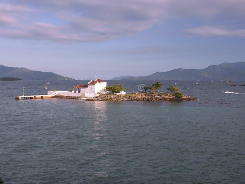 Weinig kerk op een eiland stock foto's