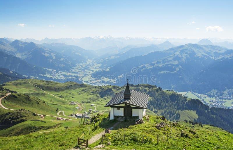 Weinig kerk op Kitzbuhel-piek, Tirol, Oostenrijk royalty-vrije stock foto's
