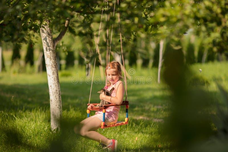 Weinig kind blond meisje die pret met schommeling hebben royalty-vrije stock afbeeldingen