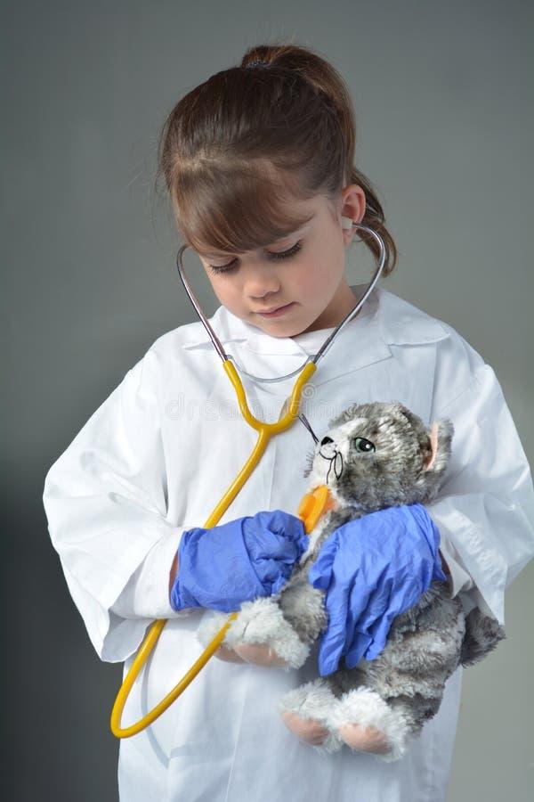 Weinig kind dat een dierenarts wil zijn royalty-vrije stock foto's