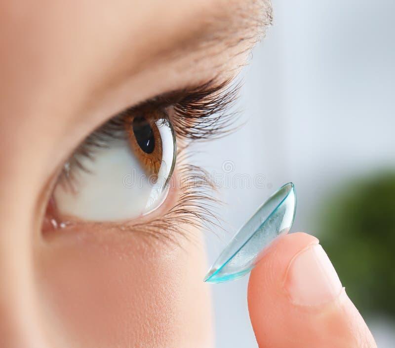 Weinig kind die contactlens zetten in zijn oog stock afbeeldingen