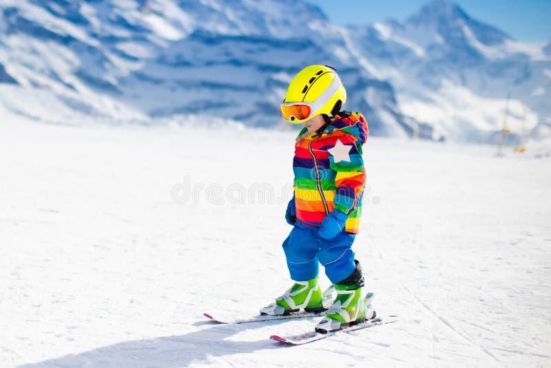 Weinig kind die in de bergen ski?en stock fotografie