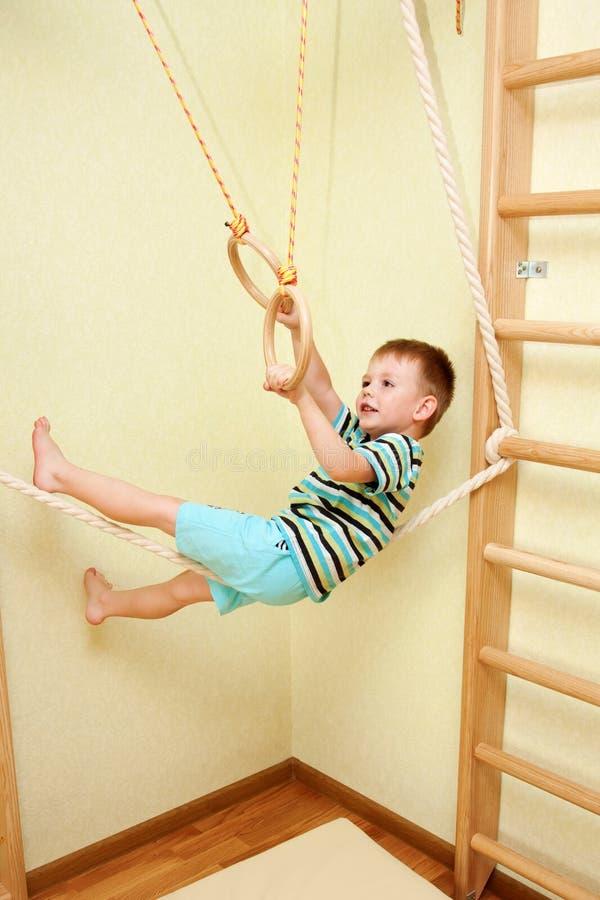 Weinig kind die op strak koord in de complexe sporten lopen. stock afbeelding