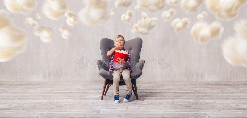 Weinig kind die popcorn eten stock foto's