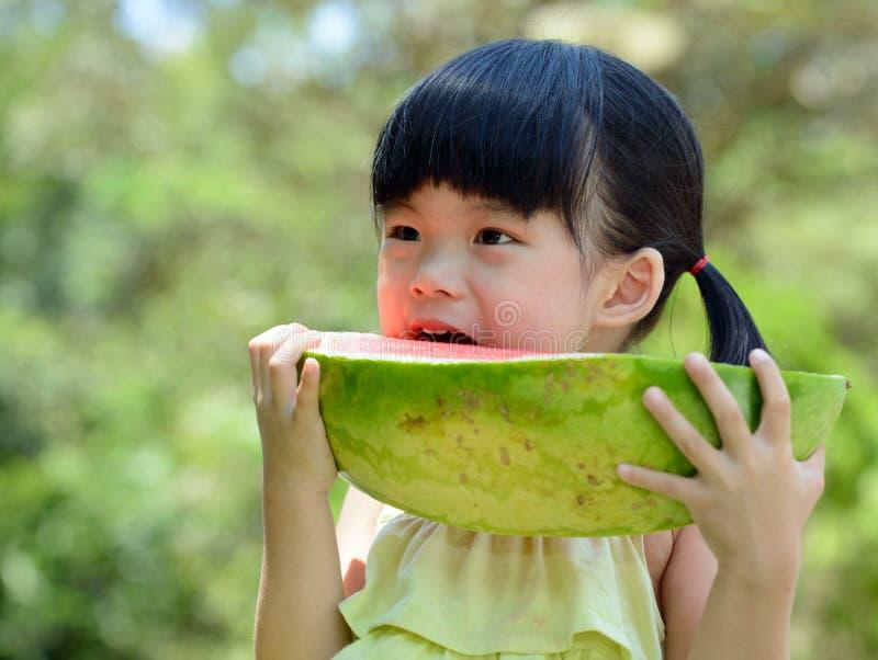 Weinig kind die watermeloen eten royalty-vrije stock afbeelding