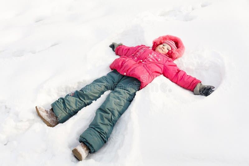 Weinig kind in een sneeuw stock afbeeldingen