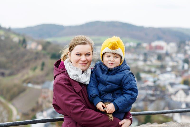 Weinig kind en jonge moeder die menings van stad hierboven genieten van stock afbeeldingen