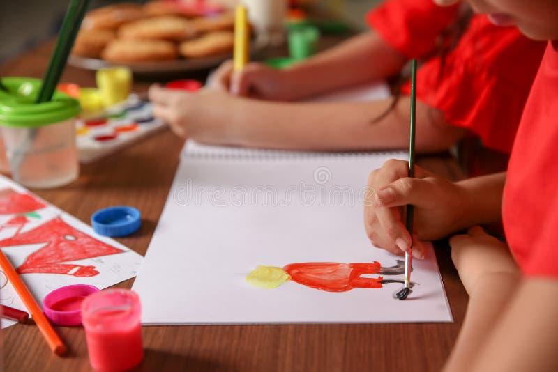 Weinig kind het schilderen beeld thuis royalty-vrije stock fotografie