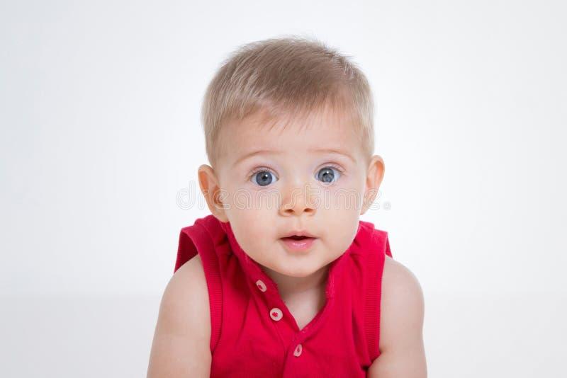 Weinig kind met rood overhemd stock foto's