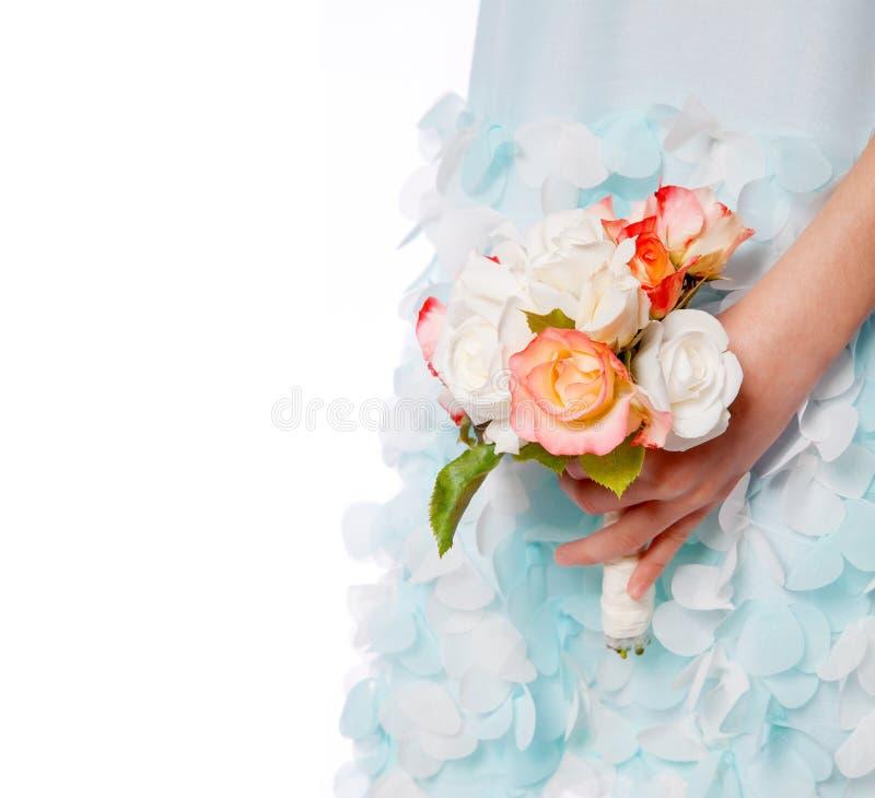 Weinig kind met rozenboeket stock foto's