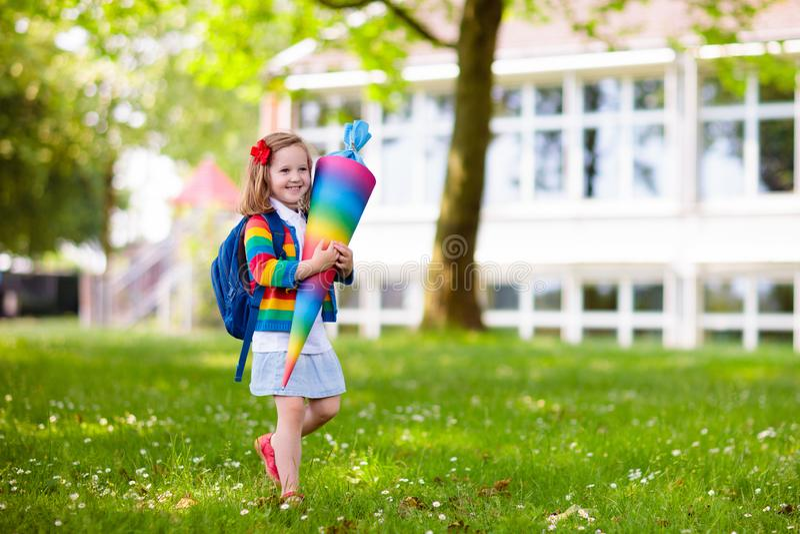 Weinig kind met suikergoedkegel op eerste schooldag stock foto