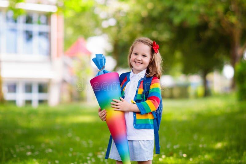 Weinig kind met suikergoedkegel op eerste schooldag stock afbeeldingen