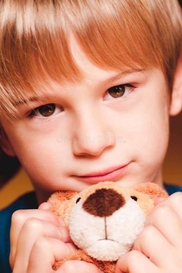Weinig kind met teddybeer sensorische verbindingen royalty-vrije stock fotografie