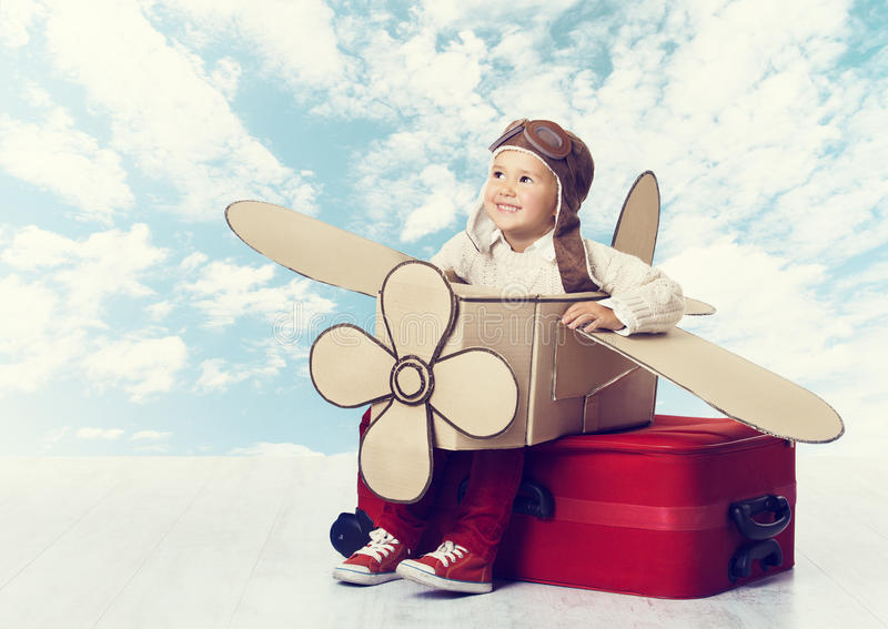 Weinig Kind Speelpiloot, Jong geitjereiziger die in Avia vliegen stock foto