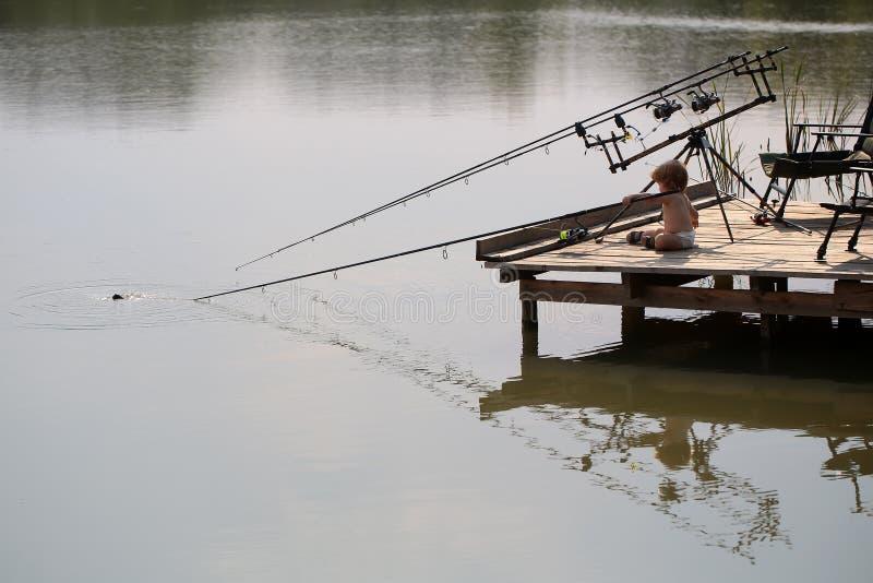 Weinig kind visserij stock foto