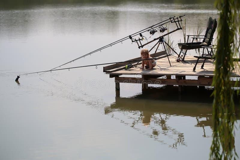 Weinig kind visserij royalty-vrije stock fotografie