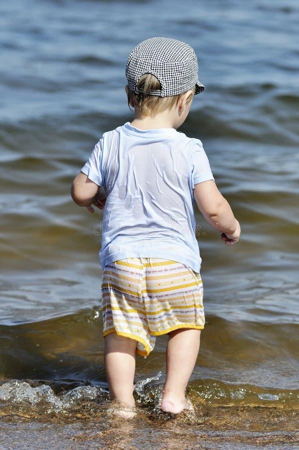 Weinig kind wil in water binnengaan royalty-vrije stock afbeeldingen