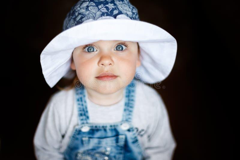 Weinig kindbaby het glimlachen Baby in een Hoed Baby het glimlachen close-up Het gelukkige Meisje van Twee ??njarigen royalty-vrije stock afbeeldingen