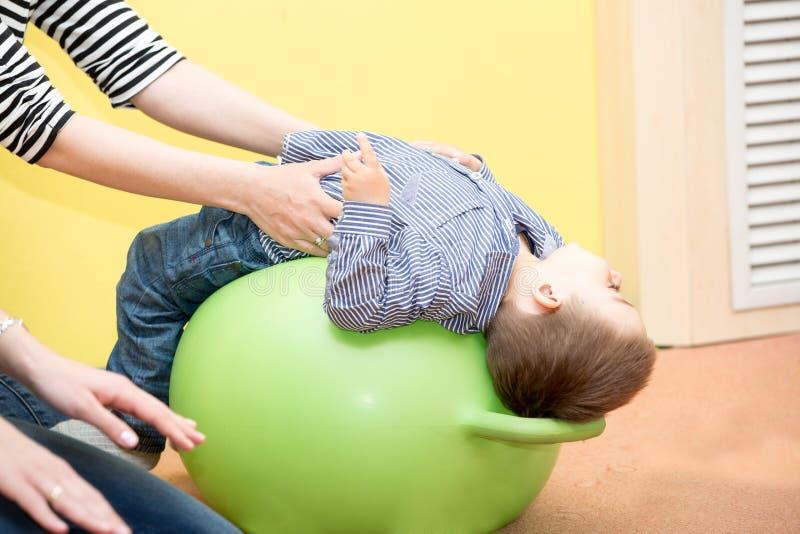 Weinig kindjongen die in kleuterschool in Montessori-kleuterschool spelen royalty-vrije stock foto
