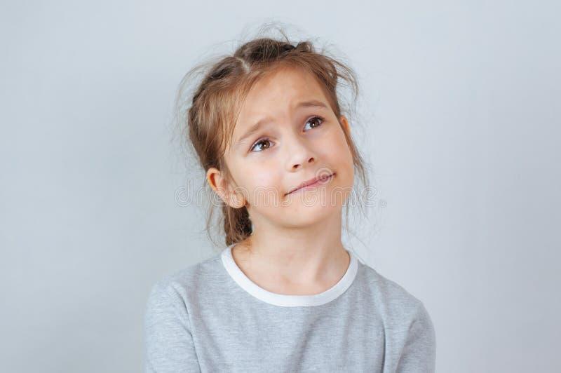 Weinig kindmeisje het stellen bij studio Het perfecte emotionele jonge geitje van de portretmanier Mooi gezichts Kaukasisch kind  royalty-vrije stock afbeelding