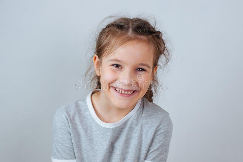 Weinig kindmeisje het stellen bij studio Het perfecte emotionele jonge geitje van de portretmanier Mooi gezichts Kaukasisch kind  royalty-vrije stock foto's