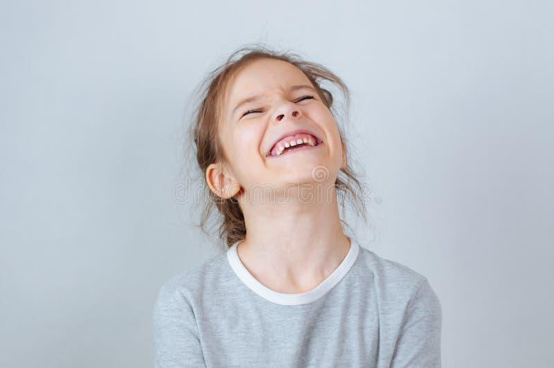 Weinig kindmeisje het stellen bij studio Het perfecte emotionele jonge geitje van de portretmanier Mooi gezichts Kaukasisch kind  royalty-vrije stock afbeeldingen