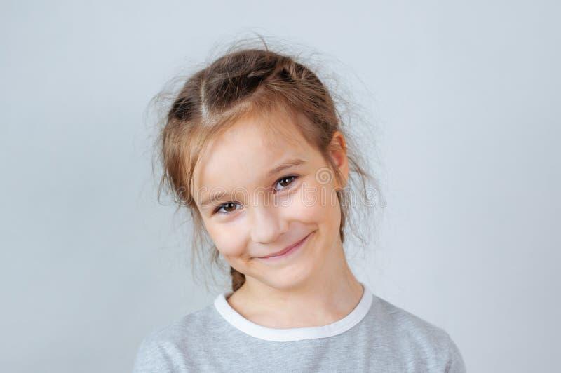 Weinig kindmeisje het stellen bij studio Het perfecte emotionele jonge geitje van de portretmanier Mooi gezichts Kaukasisch kind  stock foto
