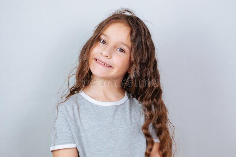 Weinig kindmeisje het stellen bij studio Het perfecte emotionele jonge geitje van de portretmanier Mooi gezichts Kaukasisch kind  stock afbeeldingen