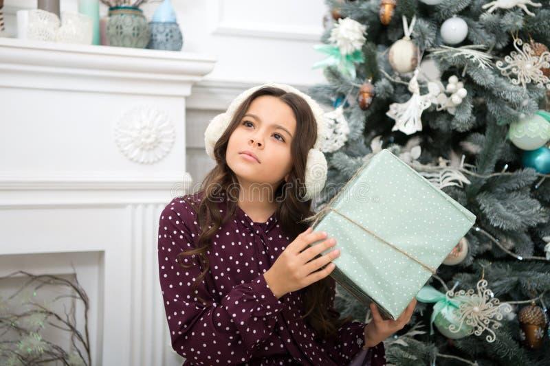 Weinig kindmeisje houdt van Kerstmis huidig Kerstmis Het jonge geitje geniet van vakantie Gelukkig Nieuwjaar klein nadenkend meis royalty-vrije stock afbeeldingen
