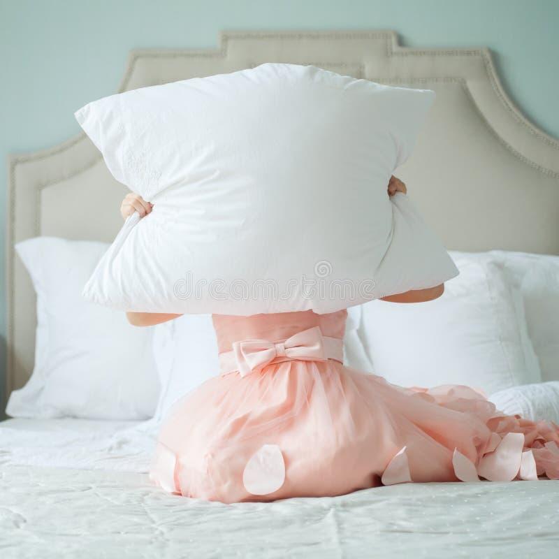 Weinig kindmeisje in roze kleding thuis in slaapkamer royalty-vrije stock afbeelding