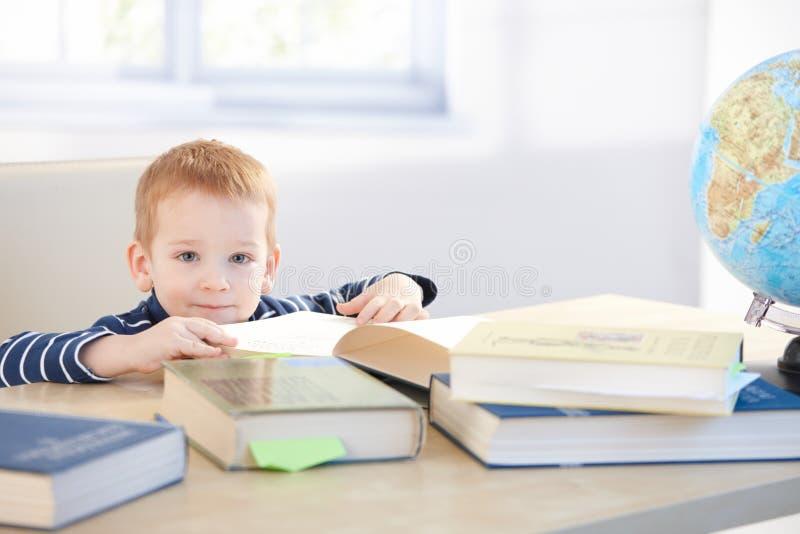 Weinig kindwonder dat thuis het glimlachen leert royalty-vrije stock afbeeldingen