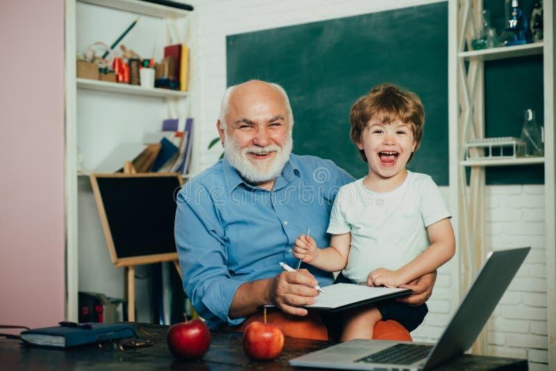 Weinig klaar te bestuderen - het concept van generatiemensen De leraar is deskundige leider Gelukkige leuke Kleinzoon en Grootvad royalty-vrije stock afbeelding