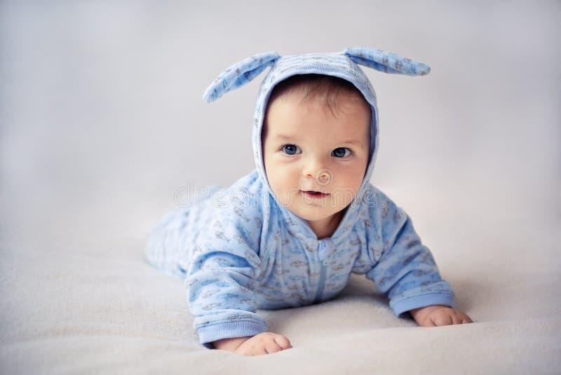 Weinig konijntjes pasgeboren baby stock afbeeldingen