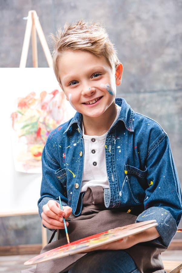 Weinig kunstenaar het schilderen stock foto
