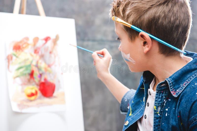 Weinig kunstenaar het schilderen royalty-vrije stock afbeelding